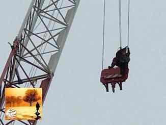 بالصور ..انقاذ امرأة صعدت رافعة بناء بارتفاع 30 متراً في وسط مدينة تورنتو | مهاجر