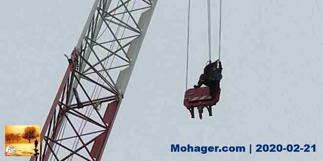 بالصور ..انقاذ امرأة صعدت رافعة بناء بارتفاع 30 متراً في وسط مدينة تورنتو