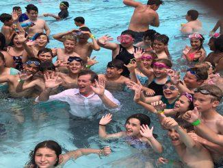 عمدة تورونتو جون توري يقفز بملابسه في المياه وسط الأطفال | مهاجر