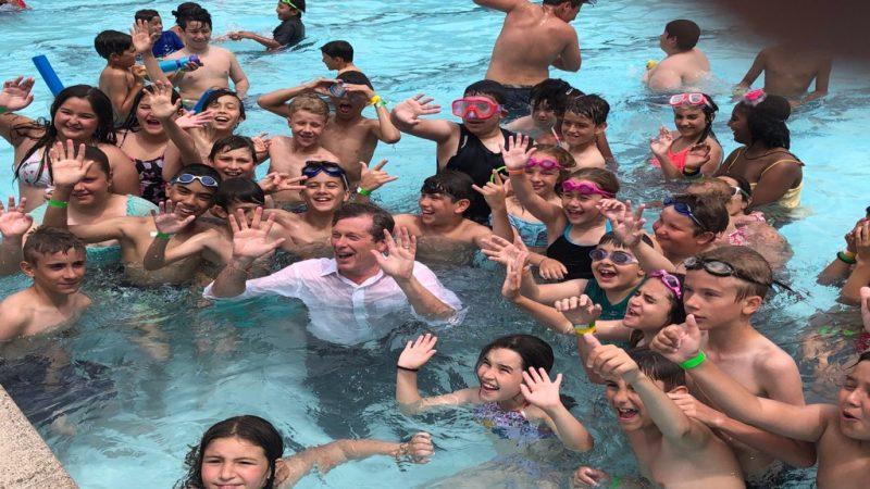 عمدة تورونتو جون توري يقفز بملابسه في المياه وسط الأطفال
