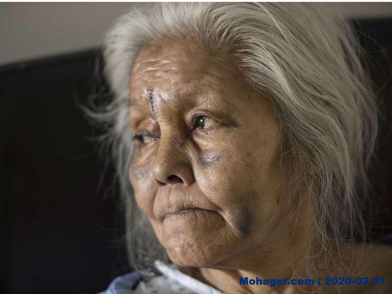 رجل يعتدي على سيدة عجوز ويحرق منزلها قبل أن يعود لإنقاذها!