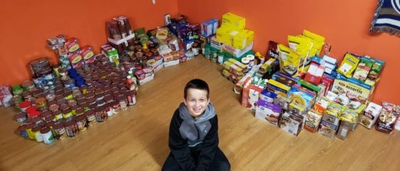 طفل يجمع تبرّعات لبنك الطعام تفوق التوقعات